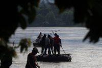 Algunos migrantes centroamericanos cruzan el Suchiate, el río que separa a México de Guatemala. Credit Marco Ugarte/Associated Press