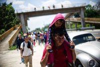 Personas migrantes de Centroamérica recorren el camino entre Metapa y Tapachula, en México, en abril de 2019. Credit Pep Companys/Agence France-Presse — Getty Images