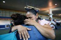 Dos hermanas se reúnen en Portland después de que Vioney, a la izquierda, pasara seis meses en un centro de detención del Servicio de Inmigración y Control de Aduanas (ICE). Credit Mario Tama/Getty Images