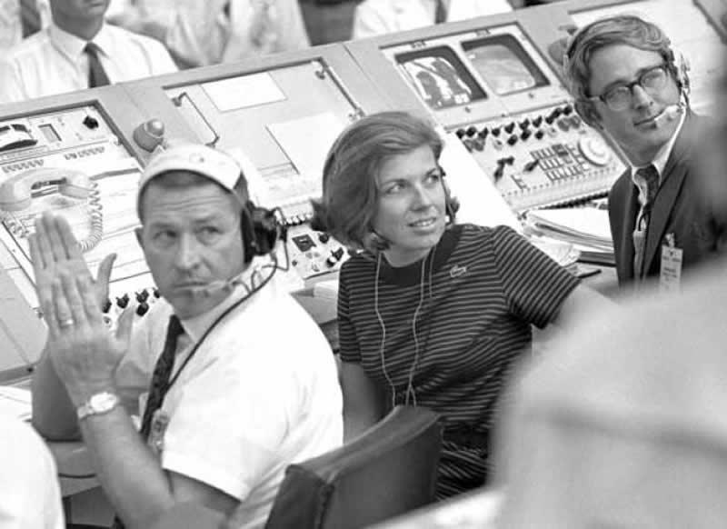 JoAnn Morgan, en la sala de Cabo Cañaveral en Florida encargada de controlar los críticos momentos iniciales del despegue del Apolo 11. NASA