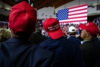 Simpatizantes de Trump en un mitin en Richmond, Kentucky. En 2017, el estado recibió 40.000 millones de dólares más de parte del gobierno federal de los que pagó en impuestos. Credit Al Drago para The New York Times