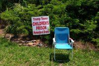 """Un cartel que dejó un manifestante cerca del centro de detención de niños y niñas migrantes en Homestead, Florida, cerca de Miami. En él se lee: """"Trump Tower, Prisión Infantil, sucursal Homestead"""". Credit Carlo Allegri/Reuters"""