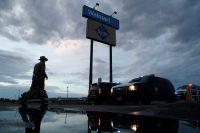 Un oficial de policía afuera del lugar donde un hombre abrió fuego y mató a más de veinte personas el 3 de agosto Credit John Locher/Associated Press