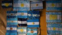 La pared de una escuela en Buenos Aires exhibe unas banderas argentinas creadas por los estudiantes.CreditCreditNatacha Pisarenko/Associated Press