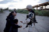 Una mujer guatemalteca le pide a un miembro de la Guardia Nacional de México que la deje cruzar a Estados Unidos en Ciudad Juárez.CreditCreditJosé Luis González/Reuters