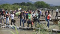 35.000 personas al día usan dos puentes legales y 400 puntos de cruce informales como éste para llegar a Colombia. World Vision