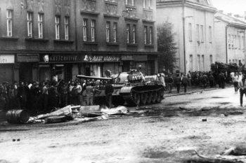 Un tanque soviético recorre Praga en agosto de 1968. Credit Agence France-Presse — Getty Images
