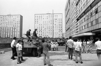 Tanques del ejército mexicano resguardan Tlatelolco el 03/10/68. Credit Jesús Díaz/Associated Press