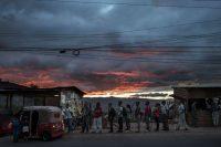Una fila de gente quiere abordar un taxi en la colonia Nueva Suyapa en Tegucigalpa. Credit Victor J. Blue para The New York Times