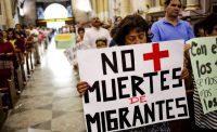 Un mujer carga un letrero durante una misa en honor de un migrante hondureño que fue asesinado por un oficial mexicano. DANIEL BECERRIL REUTERS