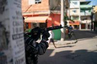 Un policía durante una operación en la Maré, una favela de Río de Janeiro, en julio de 2019CreditCreditLeo Correa/Associated Press