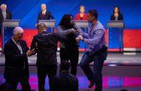 Manifestantes a favor de despenalizar la migración en Estados Unidos se presentaron en el debate del Partido Demócrata.CreditCreditRuth Fremson/The New York Times
