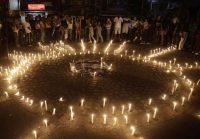 Gente en Colombia prende velas en un memorial por el asesinato de la candidata a alcaldesa Karina Garcia, el 2 de septiembre de 2019 en la región de Cauca. (Ernesto Guzmán para JR/EPA-EFE/REX) (Ernesto Guzman Jr/EPA-EFE/REX/Shutterstock)