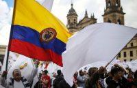 Un grupo de ciudadanos se manifestó en apoyo al acuerdo de paz en el centro de Bogotá, el 24 de noviembre de 2019.CreditCreditIván Valencia/Associated Press