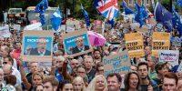 LONDRES, REINO UNIDO - 28 DE AGOSTO: Miles de manifestantes se manifiestan para protestar contra los planes de suspender el parlamento durante cinco semanas