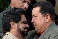 Iván Márquez, líder de una facción disidente de las Farc, y el difunto Hugo Chávez se saludaron en noviembre de 2007.CreditGregorio Marrero/Associated Press