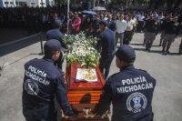 Familiares y miembros de la Policía de Michoacán acuden al funeral de los policías que fueron asesinados en Michoacán el 15 de octubre. (Enrique Castro/ AFP )