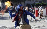 Un manifestante lanza una bomba molotov hacia la Policía en Santiago, la capital de Chile, en una protesta. Las autoridades han remprimido las movilizaciones que han dejado ya 11 muertos. (Miguel Arenas)