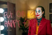 "Una imagen de Warner Bros. Pictures muestra a Joaquin Phoenix en una escena de ""Joker,"" que se estrena a nivel mundial el 4 de octubre. (Niko Tavernise/Warner Bros. Pictures via AP)"