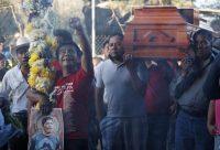 Un hombre grita consignas de resistencia mientras trasladan el ataúd del activista comunitario asesinado, Samir Flores Soberanes, desde su casa hasta el cementerio en Amilcingo, México, en febrero de 2019. (Rebecca Blackwell/AP Photo)