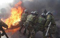Los militares actúan sobre una barricada en Cochabamba, Bolivia. DANILO BALDERRAMA (REUTERS)