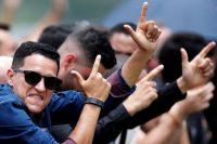 Seguidores del presidente de Brasil, Jair Bolsonaro, hacen el gesto característico del mandatario en la presentación de su nuevo partido político, Alianza por Brasil.Credit...Ueslei Marcelino/Reuters
