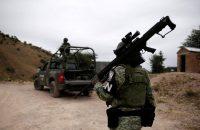 Integrantes de la Guardia Nacional protegen a miembros de la familia LeBarón.Credit...José Luis González/Reuters