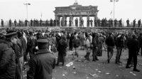 Soldados subidos al muro a la altura de la puerta de Brandeburgo. LUIS MAGÁN