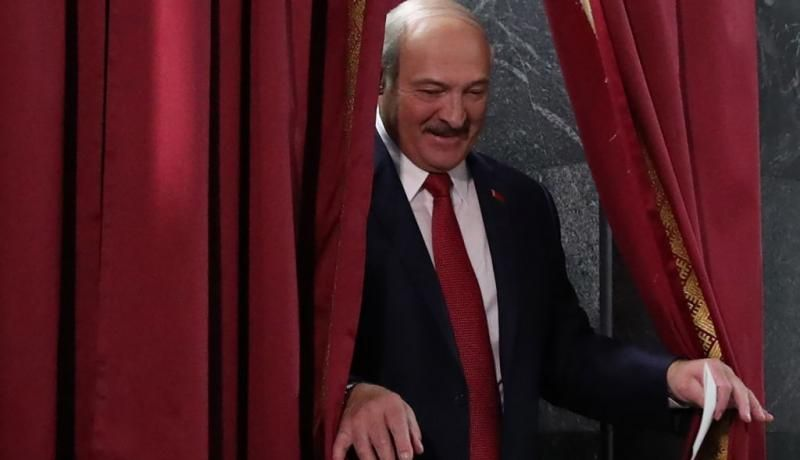 Alexander Lukashenka leaves a voting booth on 17 November. Photo: Getty Images.