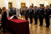 Jeanine Áñez Chávez, la presidenta interina de Bolivia, juramentó frente a militares.Credit...Juan Karita/Associated Press