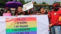 Activistas LGBT se manifiestan contra una revisión planificada del código penal de Indonesia que criminalizaría el sexo entre parejas del mismo sexo y entre solteros en Yakarta, Indonesia, el 12 de febrero de 2018. Si bien la protesta tuvo lugar el año pasado, la manifestación fue contra el mismo proyecto de ley del código penal.