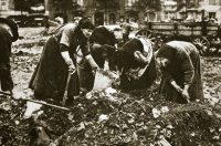 Rummaging for food in Berlin during World War I.Credit...Heritage Images/Getty Images