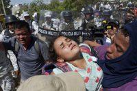 Una migrante de la caravana centroamericana en brazos de uno de sus acompañantes después de la agresión por parte de la Guardia Nacional mexicana el 20 de enero de 2020. (ISAAC GUZMAN / AFP) (Afp Contributor#afp/Afp Via Getty Images)