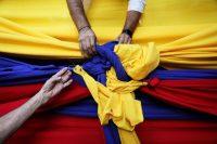 Algunos manifestantes hicieron un nudo en una bandera de Venezuela durante una marcha a favor de Juan Guaidó en Caracas el 11 de enero de 2020.Credit...Manaure Quintero/Reuters