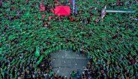 Manifestantes a favor del aborto legal desplegaron sus pañuelos verdes frente al congreso argentino en Buenos Aires, en febrero de 2019.Credit...Tomas F. Cuesta/Associated Press