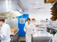 Dominique Crenn en Atelier Crenn, uno de sus restaurantes en San Francisco, en 2015Credit...Jason Henry para The New York Times