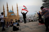 Une femme pose sur le le dôme d'un ancien cinéma désaffecté appelé «l'Oeuf», lieu devenu un point de ralliement lors des contestations récentes, à Beyrouth, le 9 novembre. Photo Andres Martinez Casares. REUTERS