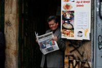 Un hombre lee un periódico en Bogotá en junio de 2018Credit...Reuters