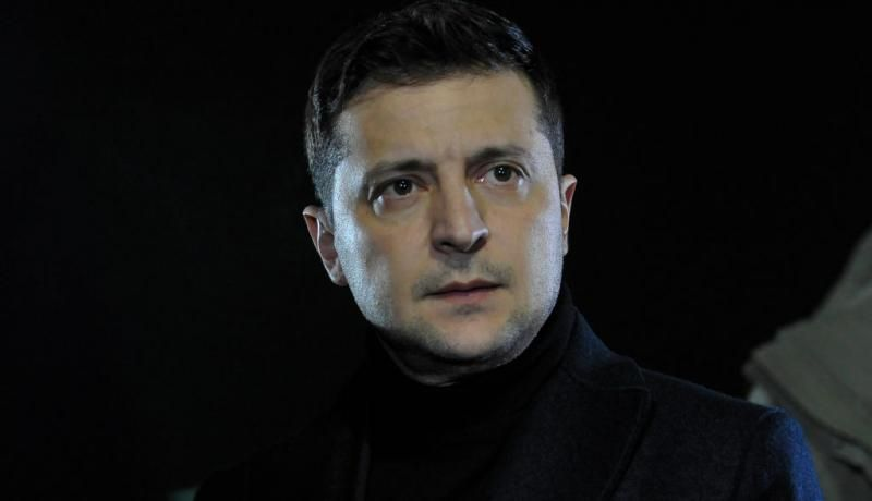 Volodymyr Zelenskyy attends a ceremony welcoming Ukrainians who were freed by pro-Russian rebels during a prisoner exchange. Photo: Getty Images.