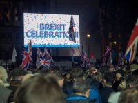 Gente celebrando el día del Brexit frente al Parlamento británico (Londres, 31 de enero de 2020). Marcos_Casado / Shutterstock