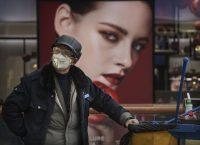 Un hombre con mascarilla en Pekín el 18 de febrero de 2020Credit...Kevin Frayer/Getty Images