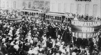 Des manifestantes brandissent une banderole «Le droit de vote aux femmes», en 1917 à Petrograd. — © TASS / AFP