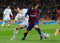 Toni Kroos, a la izquierda, y Lionel Messi, a la derecha, disputan un balón en el clásico entre Real Madrid y Barcelona del 18 diciembre de 2019.Credit...Albert Gea/Reuters