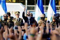 El presidente de El Salvador, Nayib Bukele, con sus seguidores afuera de la Asamblea Legislativa el 9 de febrero de 2020. (Jose Cabezas)