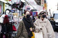 El barrio chino de Manhattan en enero. Ha habido una oleada de demanda de mascarillas faciales en Estados Unidos, a pesar de que el CDC no los recomiendaCredit...Justin Lane/EPA, vía Shutterstock