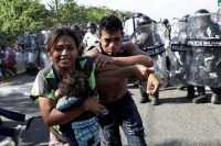 Autoridades de seguridad mexicanas detuvieron una caravana de personas que migraban desde Centroamérica el 23 de enero de 2020.Credit...Andrés Martínez Casares/Reuters