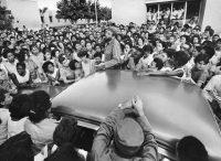 Fidel Castro dio una conferencia sobre las virtudes de la agricultura y los males de la burocracia en Ciudad Libertad en 1964.Credit...Jack Manning/The New York Times