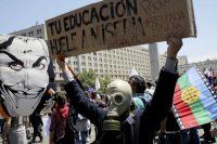 Manifestantes se reúnen para protestar en contra del gobierno frente al Palacio de La Moneda en Santiago, Chile, el miércoles 30 de octubre de 2019. (Rodrigo Abd/AP Photo)