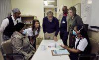 Bill y Melinda Gates durante una visita en 2019 a la clínica de salud de Gugulethu, en Ciudad del Cabo, Sudáfrica, donde se tratan pacientes con VIH. THE GATES NOTES LLC