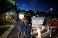 Manifestantes en un cacerolazo en Buenos Aires en enero de 2019Credit...Agustín Marcarian/Reuters